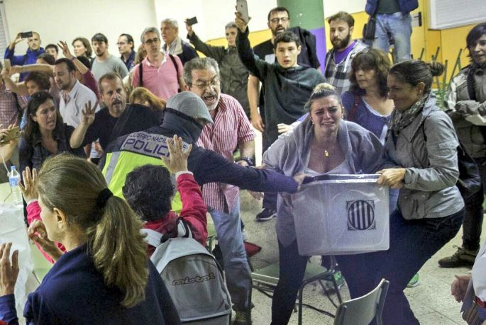 Policia Nacional s'emporta urnes dels col·legis, 1 d'octubre del 2017